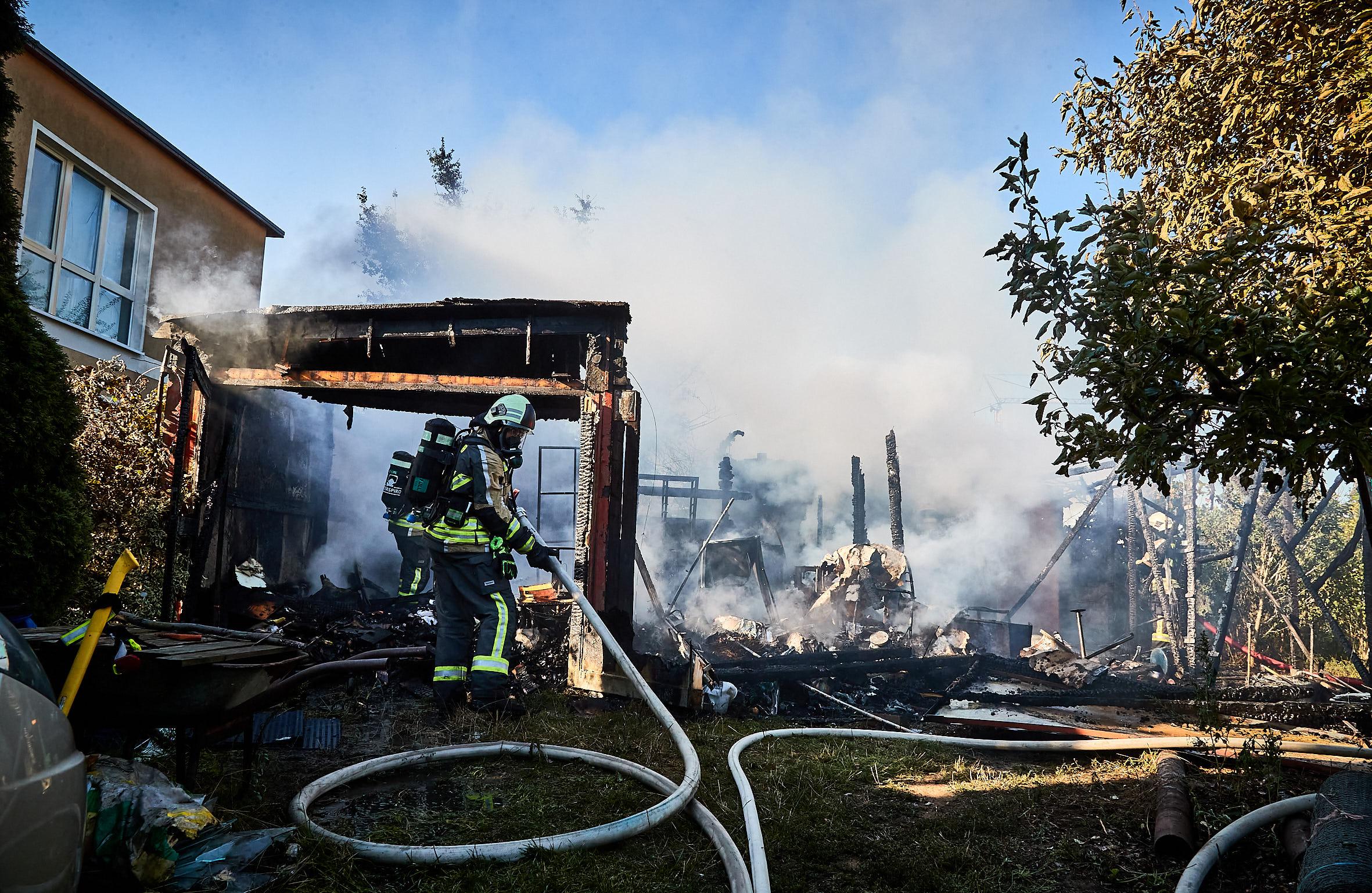 Schuppen samt Garage und Gartenlaube brennen in Heidenau